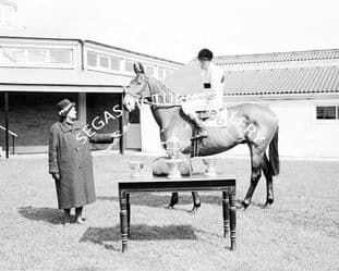 Arkle with Pat Taaffe (b496-07)